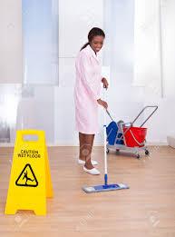 femme de m駭age bureau longueur de plancher de nettoyage de femme de ménage afro américaine