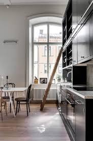 idee deco mezzanine décoration scandinave en blanc noir et bois dans une mezzanine design
