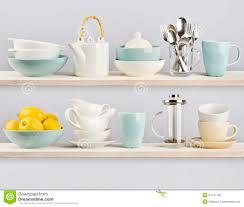 vaisselle de cuisine vaisselle de cuisine sur les étagères en bois de cuisine image stock