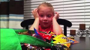ハロウィンでもらった菓子を全部食べた と言われた子どもの反応を集め