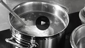 d馭inition de pocher en cuisine recette comment pocher des œufs larousse cuisine