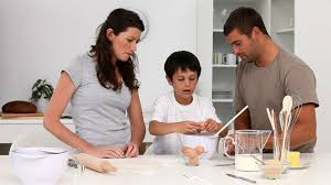 cuisine en famille famille cuisiner cuisine hd stock 305 211 823