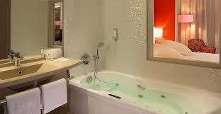 hotel avec baignoire baln dans la chambre réservez les chambres et suites design de l hotel spa 4 étoiles