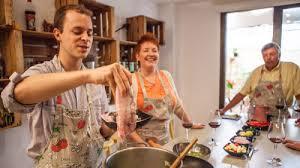 cuisiner une paella cours de cuisine espagnole avec trip4real la paella barcelone