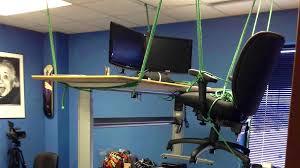 blague du bureau suspendu par des cordes mimibuzz