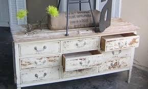 muebles decapados en blanco tocador antiguo blanco renueva tu dormitorio y empieza