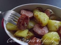 cuisiner des saucisses poêlée de pommes de terre et saucisse fumée cuisine simple et facile