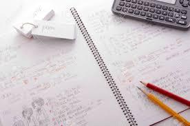bureau dictionnaire étudier portable des crayons et dictionnaire sur le bureau banque d