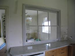 passe plat cuisine salon fenêtre à guillotine sur cuisine encastrée salon