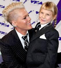 carey hart hair pink carey hart and daughter willow wear matching suits at vmas 2017
