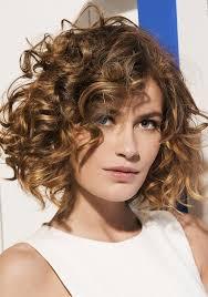 coupe de cheveux fris s les 25 meilleures idées de la catégorie carré bouclé sur