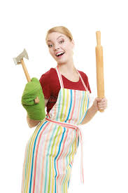chef de cuisine femme le chef de femme au foyer ou de boulanger tient l ustensile de