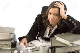 recherche ordinateur de bureau secrétaire à la recherche de fichiers avec un ordinateur de