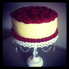 red velvet cake with rose ercream icing cream cheese bolos e