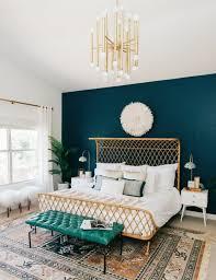 chambre peinture bleu peinture murale mur d accent peinture bleu paon lit design