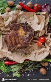 papier parchemin cuisine bifteck de faux filet sur papier parchemin avec bordure de