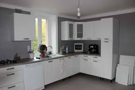cuisine blanche mur framboise cuisine idee couleur peinture cuisine le havre design idee