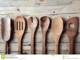 vieux ustensiles de cuisine rangée de vieux ustensiles en bois assortis de cuisine photo stock