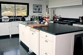 cuisine tout en un une cuisine tout en noir et blanc aux multiples astuces de rangement