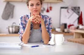 Le Journal De La Femme Cuisine Cuisine Femme Femme Souriante Avec Une Tasse De Café Et Le Journal Dans La Cuisine