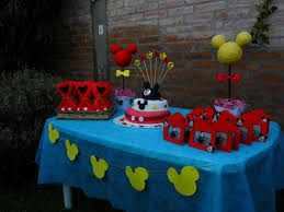 mickey mouse table l mickey mouse birthday table set up goodie bags cake and mickey