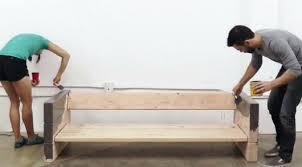 fabriquer canapé diy fabriquer un canapé avec des planches de bois et des coussins