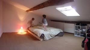 decoration chambre comble avec mur incliné idee decoration chambre sous toit avec impressionnant decoration