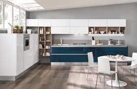 laminat in der küche einrichtungsideen für küche blau weiß stühle essbereich boden