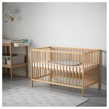 chambre bébé bois naturel sniglar lit bebe chambre bois brut naturel evolutif blanc roulettes