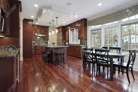 Haus E Küche In Luxus Zu Hause Mit Holzboden Kirsche Lizenzfreie Fotos