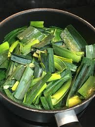 cuisiner les verts de poireaux soupe de fanes de carottes vert de poireaux et pommes de terre