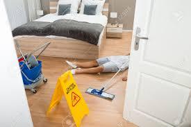 sexe femme de chambre femme de ménage avait du travail pendant le nettoyage hôtel