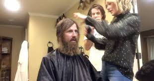 duck dynasty hair cut duck dynasty star shaves his beard to help his daughter