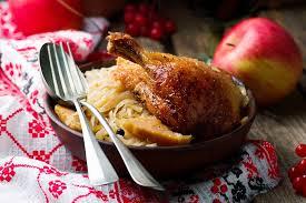 cuisiner une poule faisane recette faisan à la cocotte servi avec sa choucroute