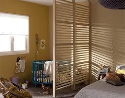 dans une chambre coin bébé dans la chambre des parents