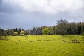 Schlafzimmer Im Country Style Irland Landleben Im Country House Placestogetlost