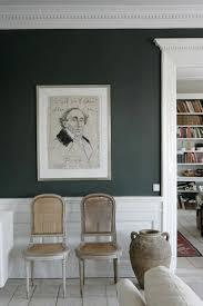 colori pareti sala da pranzo parete verde scuro con arredo classico colorare le pareti