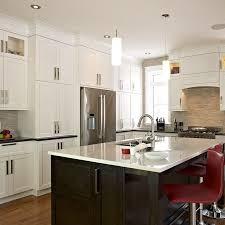 cuisine et comptoir cuisine transitionnel avec armoires de bois de merisier et comptoir