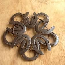horseshoe wreath teki 25 den fazla en iyi horseshoe wreath fikri at