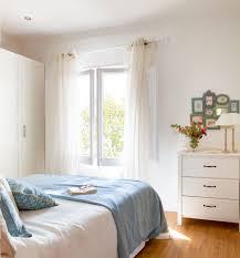 dormitorio hacia la ventana cómoda modelo brusali de ikea y colcha