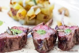 cuisiner un carré d agneau carrés d agneau agneau de pâques aux herbes de provence et au pesto