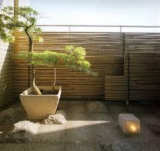 sichtblende balkon sichtschutz balkon bambusstäben steinfliesen japanischer kiefer