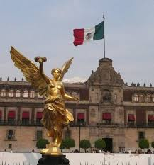 mexican flag behind the angel of independence