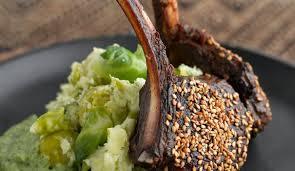 cuisiner la biche recette de côtelettes de biche purée bruxelloise et crème verte