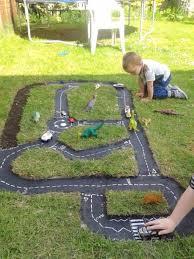 ce papa a creusé une forme amusante dans le jardin ce qu u0027il en a
