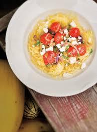 cuisiner la courge spaghetti courge spaghetti aux oignons aux tomates et aux olives ricardo