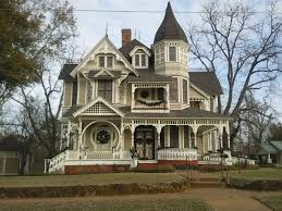 victorian home decorated for christmas queen anne victorian my photo of a victorian style house in crockett texas i saw today it was soooo beautiful especially in christmas decorations