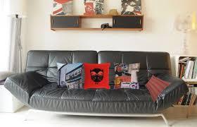 coussins canapé canapé noir en cuir avec 4 coussins bariolés pillow coaching