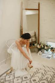 romantic minimalist wedding at one eleven east junebug weddings