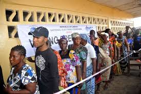 tenue d un bureau de vote la cour suprême du liberia valide le premier tour de la présidentielle